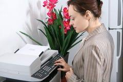 Geschäftsfrau, die Exemplare erstellt Lizenzfreie Stockfotografie