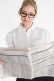 Geschäftsfrau, die Finanzzeitung liest lizenzfreies stockbild