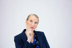 Geschäftsfrau, die Finger zu Chin Finger hält Stockfotografie