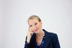 Geschäftsfrau, die Finger zu Timple hält Lizenzfreies Stockfoto