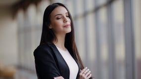Geschäftsfrau, die am Flughafen wartet stock footage