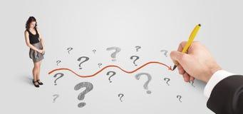 Geschäftsfrau, die Fragezeichen und Lösungsweg betrachtet stockbilder