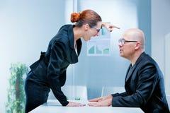 Geschäftsfrau, die gegen einen Mann schreit Lizenzfreie Stockfotografie