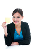 Geschäftsfrau, die gelbes Papier anhält Lizenzfreies Stockbild
