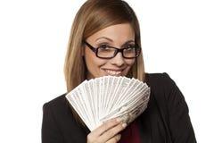 Geschäftsfrau, die Geld anhält Stockfoto