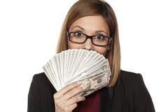 Geschäftsfrau, die Geld anhält Stockbilder