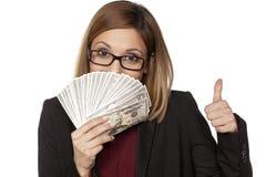 Geschäftsfrau, die Geld anhält Lizenzfreie Stockfotos