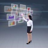 Geschäftsfrau, die Geschäftsdiagramm darstellt Lizenzfreie Stockfotos