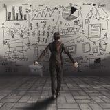 Geschäftsfrau, die Geschäftskonzept auf Wand steht und betrachtet Lizenzfreie Stockfotos