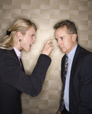 Geschäftsfrau, die Geschäftsmann rügt Stockbilder