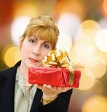 Geschäftsfrau, die Geschenke an einem speziellen Tag gibt Stockfotografie
