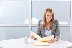 Geschäftsfrau, die gesetzliche Dokumente verwahrt Stockbild