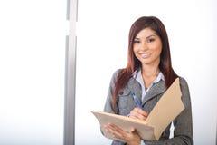 Geschäftsfrau, die gesetzliche Dokumente verwahrt Stockfotos