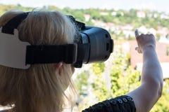 Geschäftsfrau, die Gläser der virtuellen Realität verwendet Lizenzfreie Stockfotos
