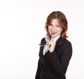 Geschäftsfrau, die Gläser im Mund hält Lizenzfreies Stockfoto