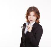 Geschäftsfrau, die Gläser im Mund hält Stockfotografie