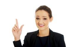 Geschäftsfrau, die Größe mit ihren Fingern zeigt Stockbilder