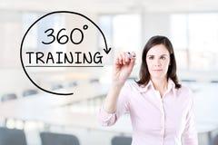 Geschäftsfrau, die 360 Grad ausbilden Konzept auf dem virtuellen Schirm zeichnet Bürohintergrund Lizenzfreie Stockfotos