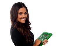 Geschäftsfrau, die großen grünen Taschenrechner betreibt Lizenzfreies Stockbild