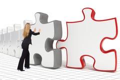Geschäftsfrau, die großes Puzzlespiel drückt Lizenzfreies Stockfoto