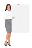 Geschäftsfrau, die großes unbelegtes Zeichen zeigt Stockfoto
