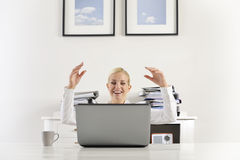 Geschäftsfrau, die gute Nachrichten ausdrückt stockfoto