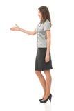 Geschäftsfrau, die Hand gibt stockfoto
