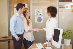 Geschäftsfrau, die Hand mit Kunden rüttelt Stockfoto