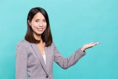 Geschäftsfrau, die Hand zeigt Lizenzfreie Stockfotos
