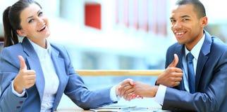Geschäftsfrau, die Hand zum partne rüttelt Lizenzfreies Stockfoto