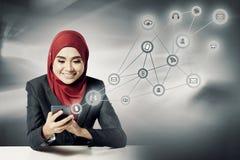 Geschäftsfrau, die Handy über abstraktem Doppelbelichtungshintergrund verwendet Stockfoto