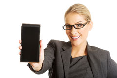 Geschäftsfrau, die Handy darstellt Lizenzfreies Stockbild