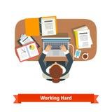 Geschäftsfrau, die hartes Sitzen am Schreibtisch bearbeitet stock abbildung