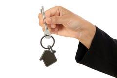 Geschäftsfrau, die Hausschlüssel hält lizenzfreie stockfotografie