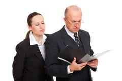 Geschäftsfrau, die heimlich Dokumente betrachtet Lizenzfreies Stockbild