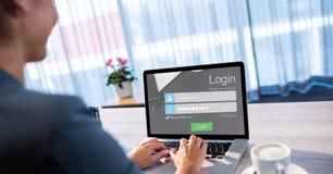 Geschäftsfrau, die herein auf Webseite unter Verwendung des Laptops unterzeichnet Stockfotografie