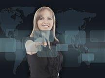 Geschäftsfrau, die herein Lösungstaste auf einem Touch Screen von Hand eindrückt Stockfotografie