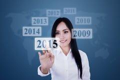 Geschäftsfrau, die Hightech- Taste bedrängt Lizenzfreie Stockbilder