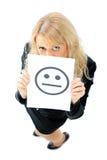 Geschäftsfrau, die hinter einem smileygesicht sich versteckt Stockfoto