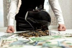 Geschäftsfrau, die hinter Sparschwein auf Stapel des Geldes steht Lizenzfreie Stockbilder