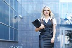 Geschäftsfrau, die hinunter die Straße geht Lizenzfreie Stockbilder