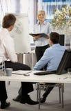 Geschäftsfrau, die Idee im Büro darstellt Lizenzfreies Stockfoto