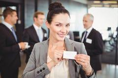 Geschäftsfrau, die ihr Abzeichen zeigt Stockfoto
