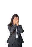 Geschäftsfrau, die ihre Augen abdeckt Stockfoto
