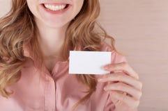 Geschäftsfrau, die ihre Besuchskarte anhält Lizenzfreies Stockfoto