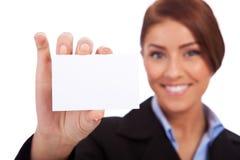 Geschäftsfrau, die ihre Besuchskarte darstellt Stockfotos