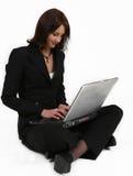 Geschäftsfrau, die ihre ganze Aufmerksamkeit zu ihrer Arbeit gibt Stockfoto