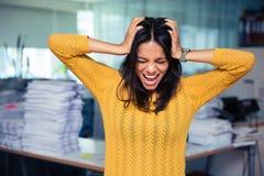 Geschäftsfrau, die ihre Ohren und Schreien umfasst Lizenzfreie Stockfotos