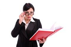 Geschäftsfrau, die ihre Tagesordnung überprüft Lizenzfreies Stockbild
