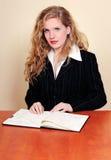 Geschäftsfrau, die ihre Tagesordnung überprüft Stockbild